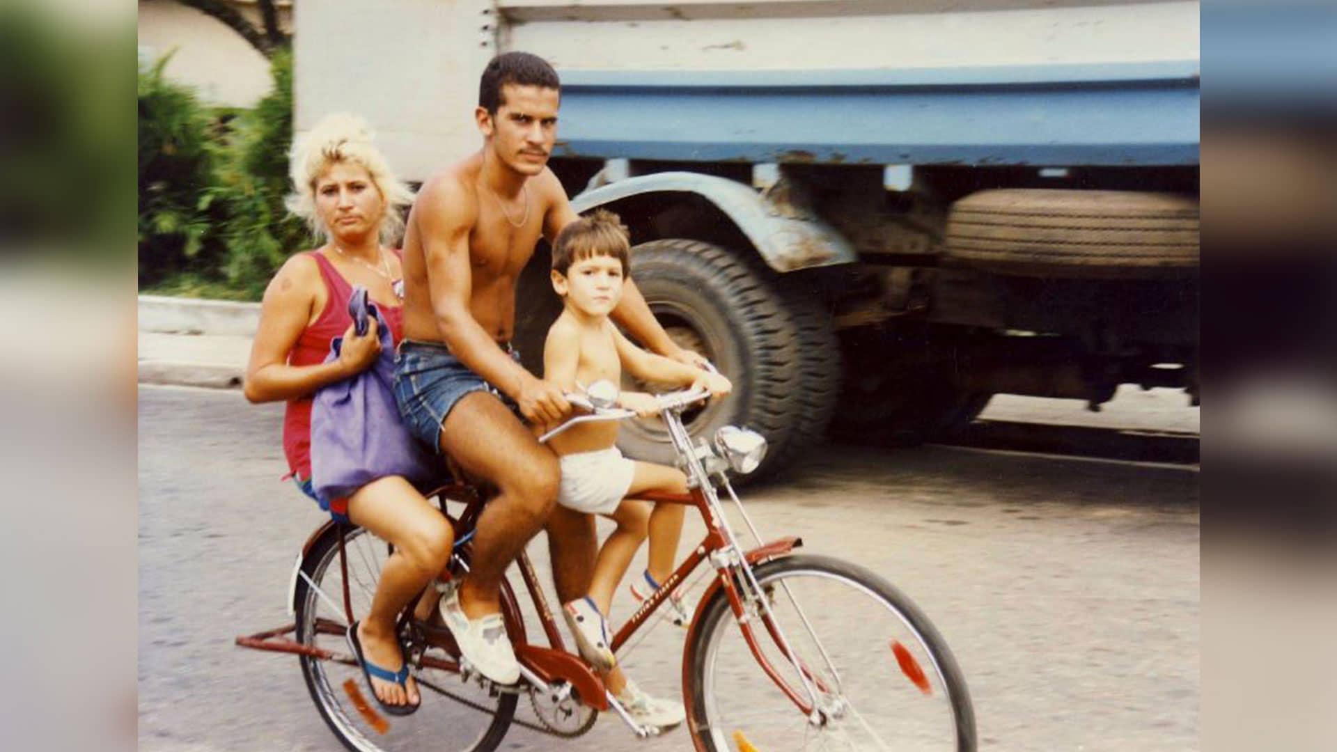 Foto de familia en bicicleta