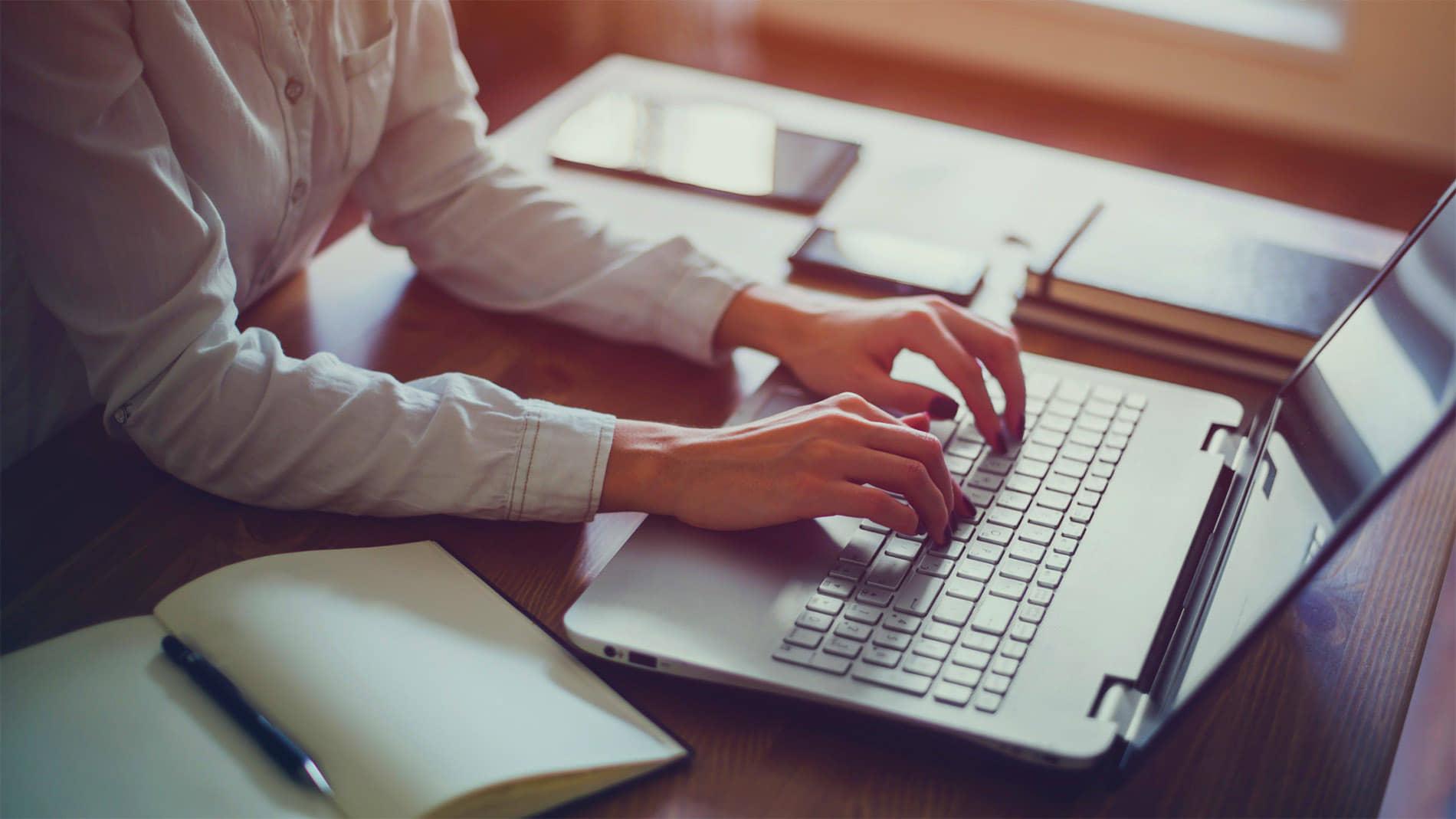 alt=laptop en home office