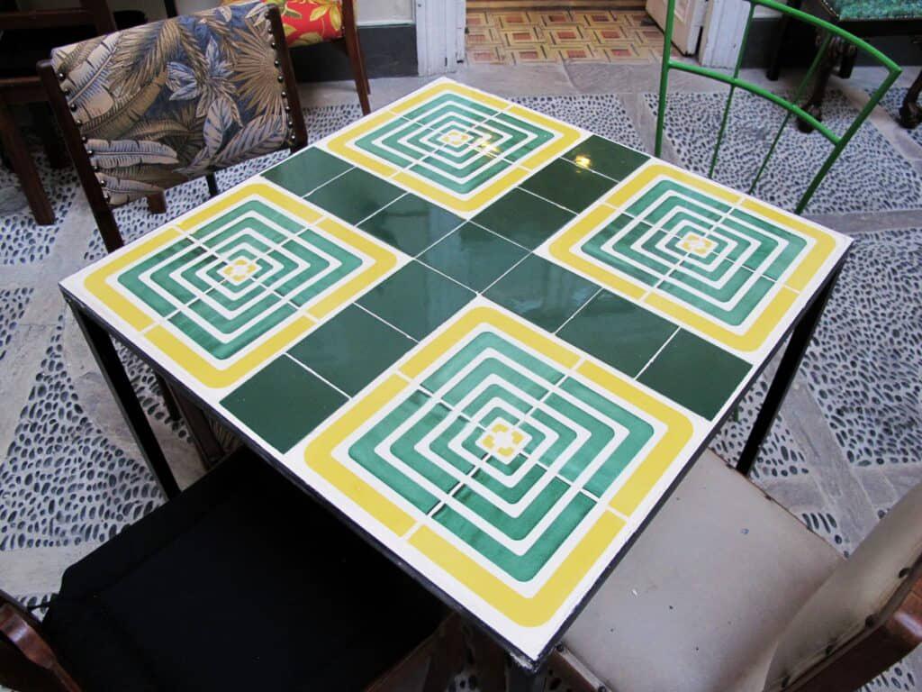 alt=mesa de reciclaje constructivo