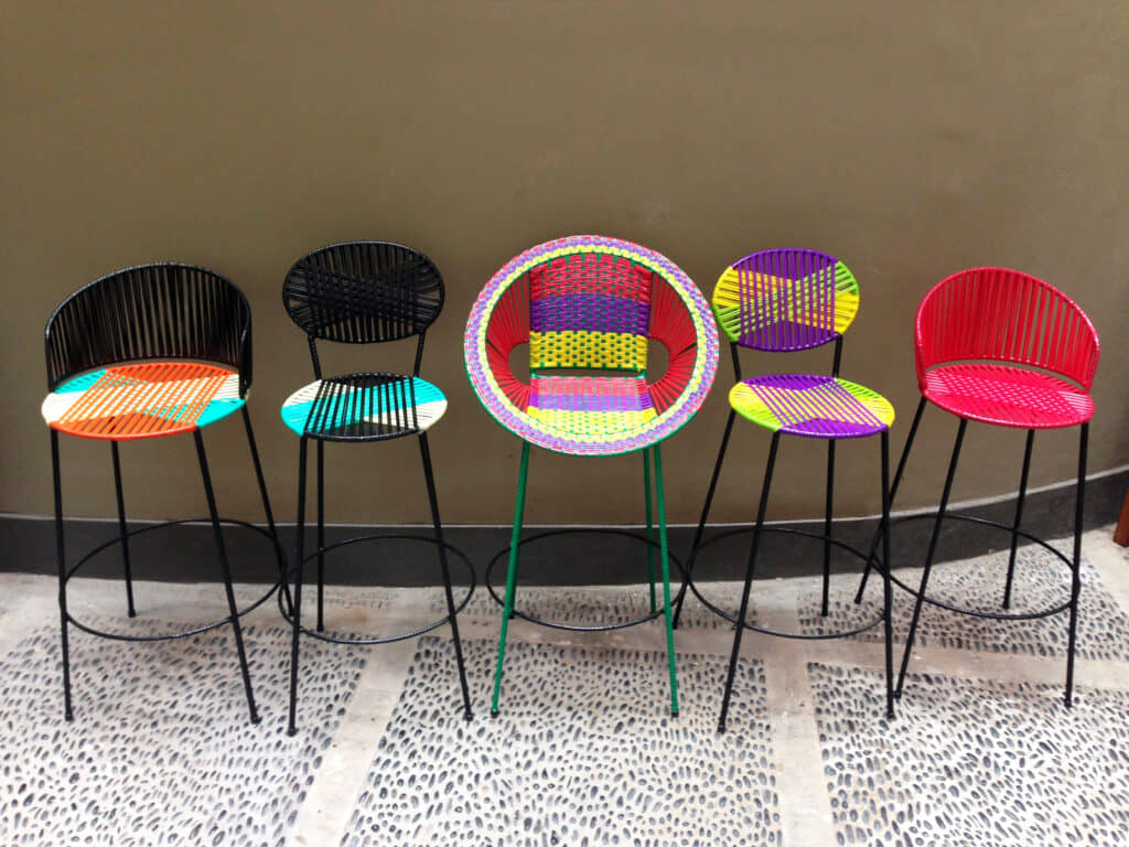 alt=sillas restauradas de reciclaje constructivo